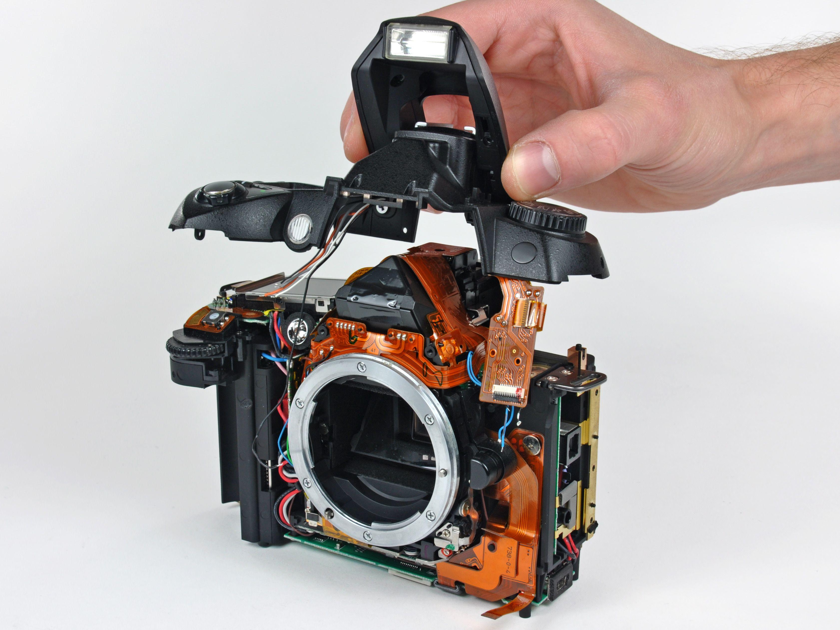 Appareil photo démonté en cours de réparation.