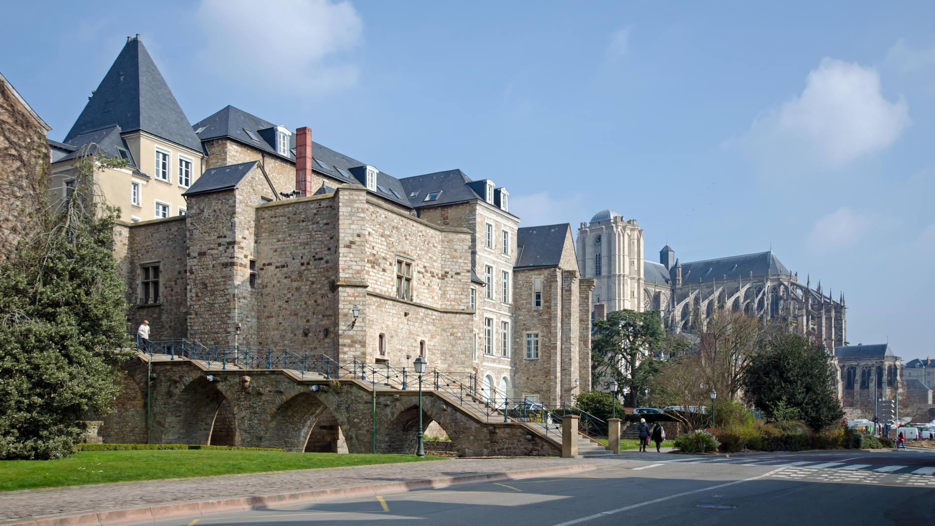 Vue sur les jardins de Pierre-de-Ronsard et la cathédrale du Mans.